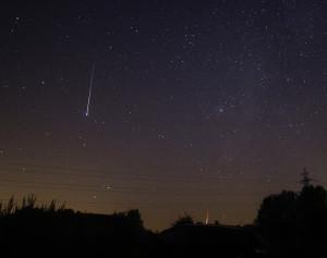 Twee perseïden, waargenomen vanuit Buisscheure, Noord-Frankrijk in de nacht van 11 op 12 augustus. Foto: Roy Keeris